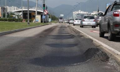 No asfalto recém-colocado próximo à estação Nova Barra, ondulações e buracos já aparecem Foto: Custódio Coimbra / Agência O Globo