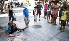 Os traços de Kevin Mendo sempre atraem olhares no Largo do Machado Foto: Guito Moreto / Agência O Globo