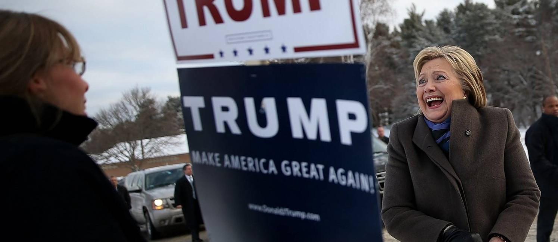 Rivalidade. Pré-candidata democrata Hillary Clinton sorri ao se encontrar com eleitora do republicano Donald Trump em zona eleitoral de Nashua, em New Hampshire Foto: JUSTIN SULLIVAN/AFP