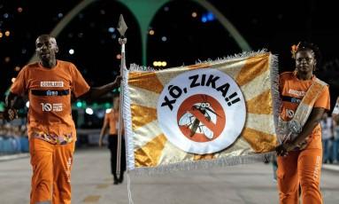 """Garis da Comlurb exibem faixa com a inscrição """"Xó, Zika!!"""" no Sambódromo, ontem de madrugada, durante o desfile das escolas de samba Foto: AFP / Yasuyoshi Chiba"""