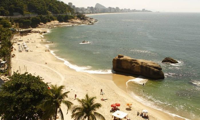 Paisagem vista da avenida: praia quase vazia, de acesso limitado Foto: Luiz Ackermann/ Agência O Globo