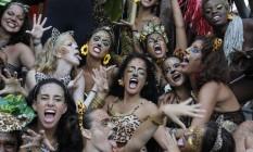 """Grupo de """"oncetes"""" comanda as coreografias do Amigos da Onça, reproduzidas pela multidão que acompanhou o cortejo Foto: Pedro Teixeira / Agência O Globo"""