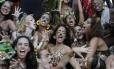 """Grupo de """"oncetes"""" comanda as coreografias do Amigos da Onça, reproduzidas pela multidão que acompanhou o cortejo"""