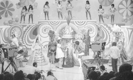 """Premiação. A entrega do primeiro Estandarte de Ouro foi no Programa """"Cassino do Chacrinha"""", no Teatro Fênix, da TV Globo no Rio Foto: Antônio Nery 16/02/1972 / Agência O Globo"""