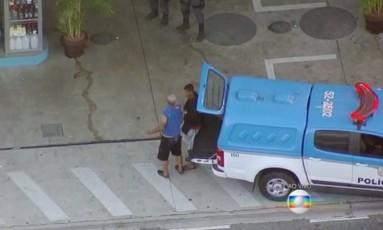 Assaltante rende funcionário de posto de gasolina Foto: Reprodução TV Globo