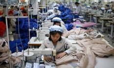 Foto de 2013 mostra empregados norte-coreanos trabalhando em fábrica da Coreia do Sul no parque industrial de Kaesong Foto: Kim Hong-Ji / AFP