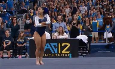 Sophina durante a sua coreografia que levantou o ginásio da UCLA, nos Estados Unidos Foto: Reprodução