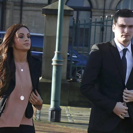 O jogador do Sunderland Adam Johnson chega ao tribunal acompanhado da namorada, Stacey Flounders. Ele é acusado de abuso contra uma adolescente de 15 anos Foto: ANDREW YATES / REUTERS
