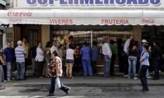 Venezuelanos fazem fila para comprar produtos em supermercado de Caracas Foto: MARCO BELLO / REUTERS
