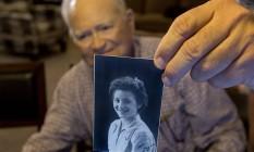Norwood Thomas segura a foto de Joyce Morris da época em que namoraram durante a Segunda Guerra Mundial Foto: Bill Tiernan / AP