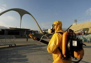 Prefeitura aplica fumacê no Sambódromo do Rio para combater o mosquito Aedes aegypti Foto: Gabriel de Paiva / Agência O Globo