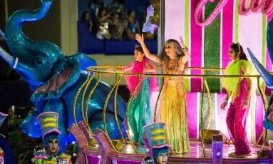 A cantora Maria Bethânia no desfile em sua homenagem da Mangueira Foto: Barbara Lopes / Agência O Globo