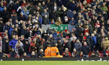 Torcedores do Liverpool deixam o estádio no meio do segundo tempo da partida contra o Sunderland, em protesto contra o aumento no preço dos ingressos anunciado para a próxima temporada Foto: Carl Recine / REUTERS