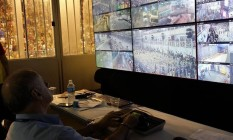 Sala de monitoramento do Sambódromo: o consultor técnico e operador Watson Carlini analisa as imagens de 60 câmeras espalhadas dentro e fora da Passarela do Samba. Foto: Vera Araújo / Ag|ência O Globo