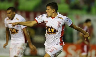 Mendoza, um dos jogadores hospitalizados, fez o gol da classificação na Venezuela Foto: Fernando Llano / AP