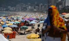 Banhista se protege do sol na praia do Arpoador Foto: Custódio Coimbra / Agência O Globo