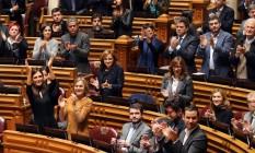 Membros do parlamento aplaudem aprovação de lei que permite adoção por casais do mesmo sexo Foto: Armando Franca / AP