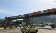 BA - Passarelas - Na Avenida Armando Lombardi (próximo ao número 333), construção de passarela simultânea às obras para a chega do metrô na região Foto: Carolina Callegari / Carolina Callegari