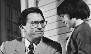 """Gregory Peck como Atticus Finch e Mary Badham como Scout Finch na adaptação cinematográfica de """"O Sol é para Todos"""" Foto: Reprodução/Mashable"""