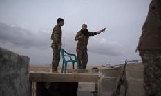 Milicianos curdos discutem em Ein Eissa, base próxima a Raqqa, capital do EI na Síria Foto: TYLER HICKS / NYT