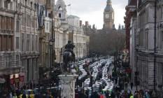 Taxis bloqueiam ruas de Londres em protesto contra o Uber Foto: JUSTIN TALLIS / AFP