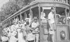 Carnaval carioca. Pierre Verger clicou foliões de 1941 em um bonde para Cascadura Foto: Pierre Verger /1941 / Arquivo