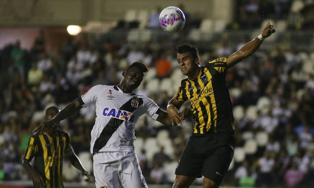 Riascos disputa a bola com zagueiro do Volta Redonda Rafael Moraes / Agência O Globo