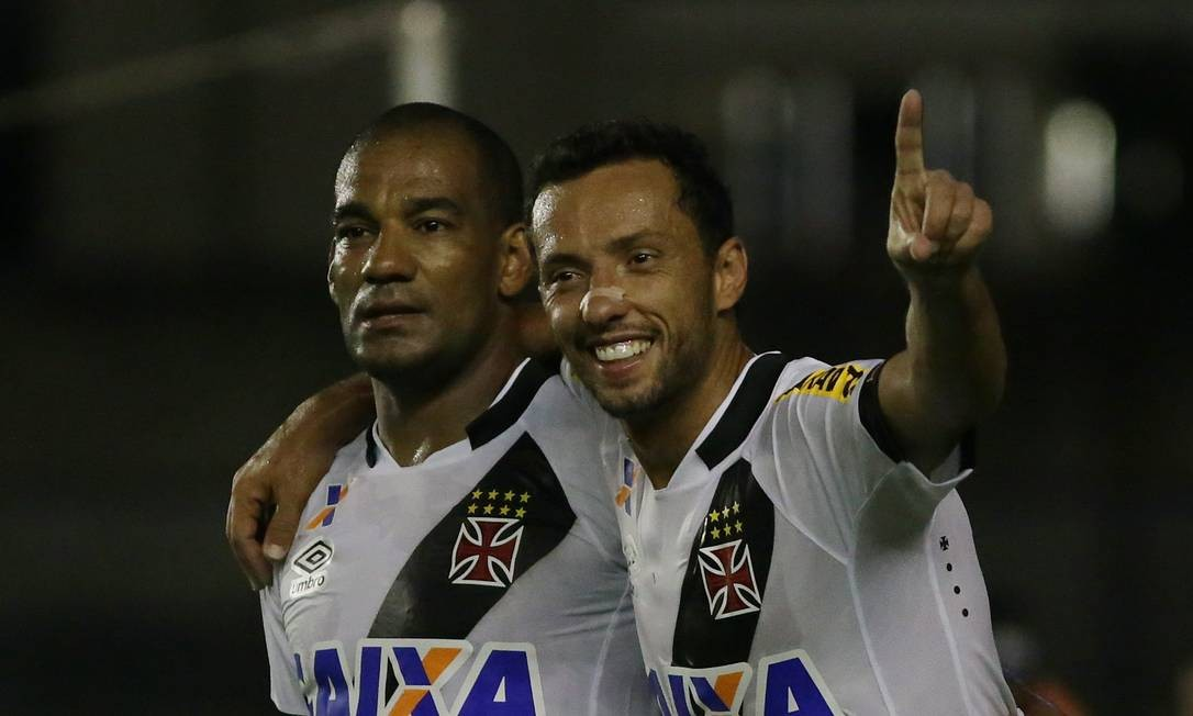 Nenê abraça Rodrigo ao abrir o placar para o Vasco Rafael Moraes