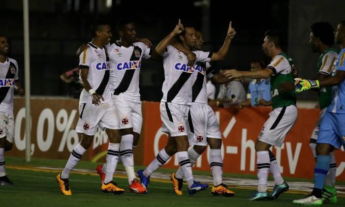 Nenê ergue as mãos aos céus ao fazer seu terceiro gol no Carioca Foto: Rafael Moraes