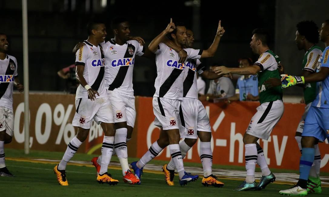 Nenê ergue as mãos aos céus ao fazer seu terceiro gol no Carioca Rafael Moraes