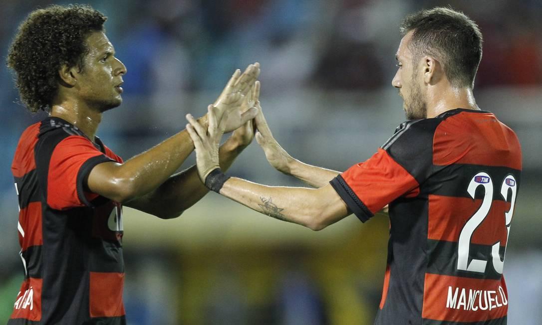 Arão, à esquerda, comemora com Mancuello um de seus dois gols Divulgação