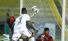 Em Volta Redonda, de cabeça, Guerrero fez o primeiro gol do Flamengo contra a Portuguesa Foto: Divulgação