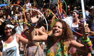 Bloco Mulheres Rodadas teve ala bambolês para fazer as folionas rodarem e se divertirem em crítica social Foto: Custódio Coimbra