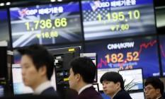 Operadores acompanham o desempenho do mercado na Bolsa de Seul Foto: Lee Jin-man / AP