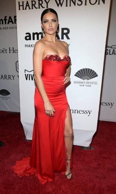 Outra poderosíssima foi Adriana Lima, usando um vestido Marchesa Charles Sykes / Charles Sykes/Invision/AP