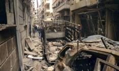 """Foto divulgada pela agência estatal síria """"Sana"""" mostra a população reunida de rua em Aleppo atingida por bombardeio Foto: HOPD / AP"""