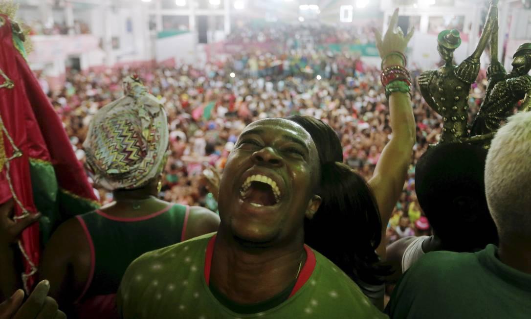 Comemoração do mestre-sala da Mangueira após anúncio do título Gabriel de Paiva / Agência O Globo