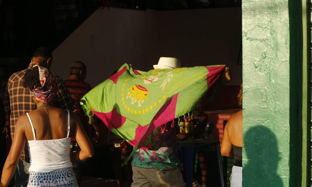 Torcedores entram na quadra da Mangueira para a festa de comemoração do título Gabriel de Paiva / Agência O Globo