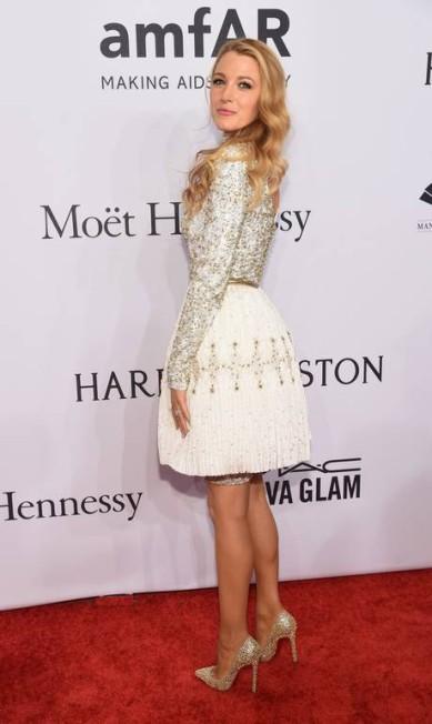 A atriz Blake Lively também brilhou no evento com seu look branco e dourado Michael loccisano / AFP