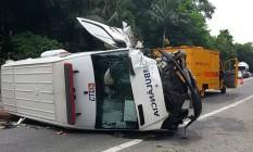Ambulância capota na Rio-Santos Foto: Polícia Rodoviária Federal / Divulgação
