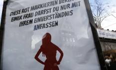 """""""Você só está autorizados a torcar nas áreas marcadas em vermelho de uma mulher sob o consentimento dela"""", alerta cartaz na parada """"Rosenmontag"""" Foto: WOLFGANG RATTAY / REUTERS"""