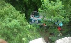 carro forte saiu da pista e caiu na ribanceira da Rodovia Presidente Dutra, na altura de Paracambi Foto: Polícia Rodoviária Federal / Divlgação
