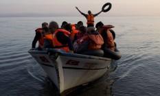 Foto de setembro do ano passado mostra refugiados sírios chegando a ilha grega de Lesbos Foto: Petros Giannakouris / AP