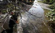 Poluição. Despejo de poluentes no Canal das Taxas é problema histórico para o complexo hídrico da região Foto: Hudson Pontes / Agência O Globo