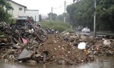 Depósito de lixo? Calçada da Estrada do Cafundá torna-se espaço irregular para entulho Foto: Fabio Rossi