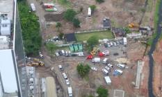 Imagem aérea mostra o terreno onde ocorreram as demolições, na parte de baixo da foto, onde estão os carros do Corpo de Bombeiros Foto: Genilson Araújo / Agência O Globo