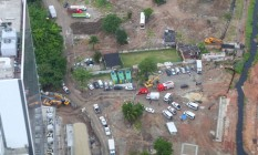 Imagem aérea mostra o terreno onde ocorreram as demolições, na parte onde estão os carros do Corpo de Bombeiros Foto: Genilson Araújo / Agência O Globo