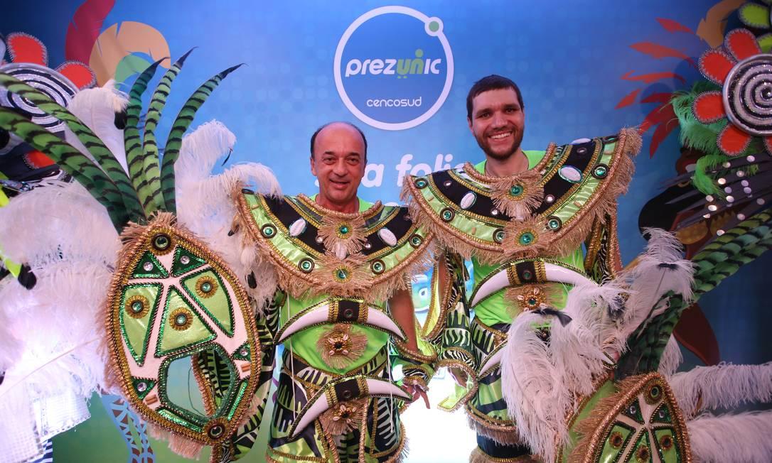 Os comerciantes Luis Alberto e Marcos Rodrigo sambaram com a Império Serrano no segundo dia de desfiles do Grupo de Acesso Zô Guimarães / Ed. Globo