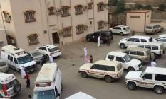 Ambulâncias e carros de polícia são vistos no departamento de educação onde um professor matou seis e feriu dois funcionários, em Jazan Foto: AP