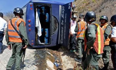 O ônibus que levava a delgação do Huracán na Venezuela, após jogo pela pré-Libertadores: acidente deixou jogadores feridos Foto: FEDERICO PARRA / AFP